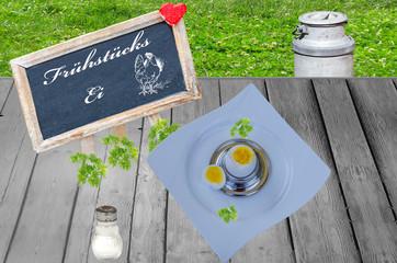 Frühstücksei und Tafel mit Aufschrift