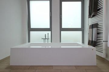 Badewanne mit Fensterfront