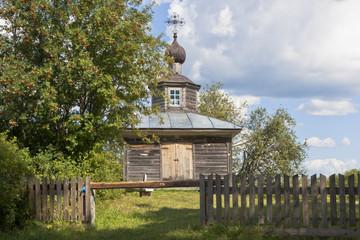 Деревенский пейзаж с деревянной часовенкой