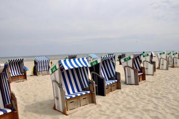 Eine Landschaft mit Strandkörben am Strand
