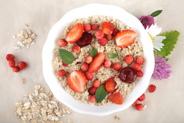Овсяная каша с ягодами в тарелке