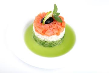 Салат из риса и рыбы в тарелке