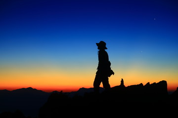 朝焼けの空と登山者