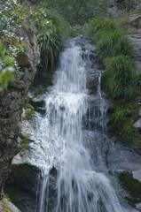 Bonita cascada sobre rocas
