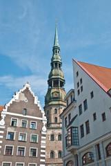 Chiesa e vecchi palazzi
