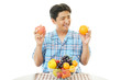 フルーツを持つ笑顔の男性