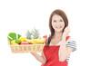 新鮮な果物を持つ笑顔の女性