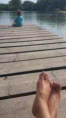 Steg am See Mama und Kind