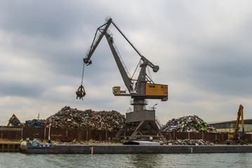 Crane grabber up on the metal heap