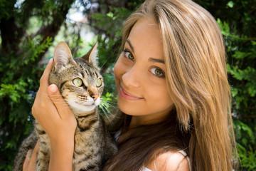 gentil chat dans les bras