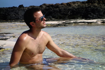 Hombre Joven Dándose Un Baño En La Playa