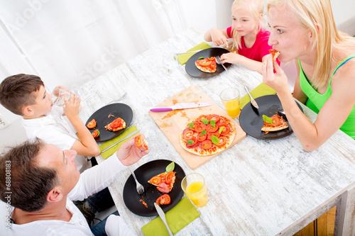 canvas print picture Pizza essen in Familie