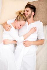 Glückliches Pärchen im Bett