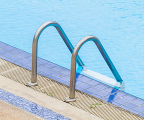 Pool ladder With side drainage channels