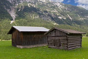Holzhütten in den Bergen ©yvonneweis