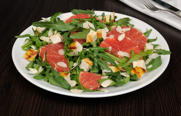 Arugula salad with chicken, grapefruit and almonds