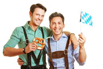Zwei Freunde in Bayern mit Brezel und Fahne