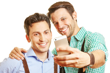Zwei Freunde in Bayern fotografieren sich mit Smartphone