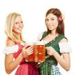 Zwei Frauen im Dirndl mit Bier in Bayern