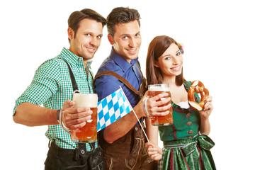 Drei Freunde trinken Bier beim Oktoberfest
