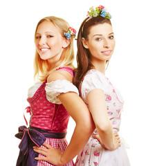 Zwei glückliche Frauen im Dirndl in Bayern