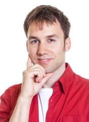 Junger Mann mit rotem Hemd