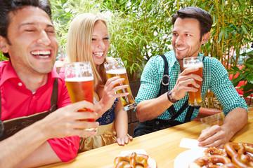 Freunde trinken Bier im Sommer im Biergarten