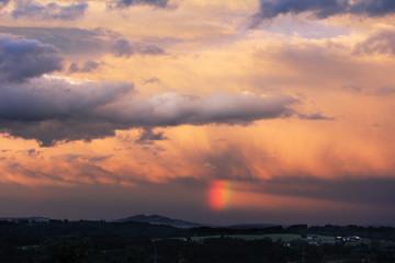 Regenbogen in der Gewitterstimmung