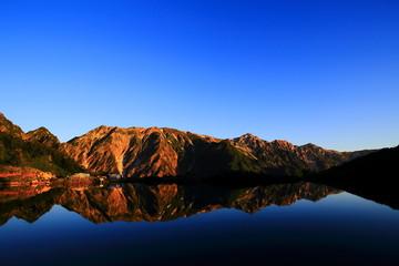 朝日に照らされる山と八方池