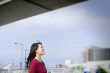 街角に立つ女性