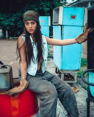 девушка на бочке у колонки с топливом