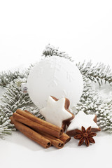 Weiße Christbaumkugel auf weißem Hintergrund