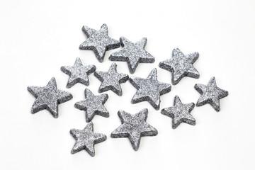 Silberne Glittersterne auf weißem Hintergrund
