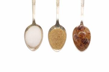 Drei Löffel voll mit verschiedenen Zucker