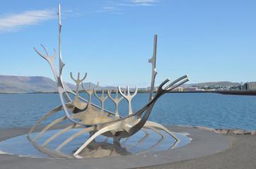 Скульптура «Sun Voyager»  на набережной Рейкьявика