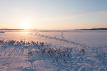 Рассвет на озере зимой