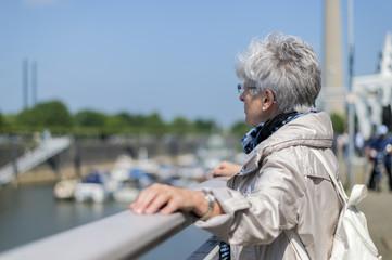 Seniorin am Geländer