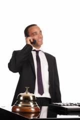 Hotelportier telefoniert