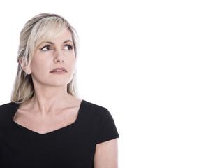 Gesicht: Ältere blonde Frau mit nachdenklichem Blick