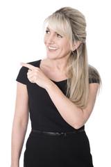 Präsentation: Attraktive Businessfrau in schwarzem Kleid