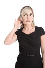 Portrait: Frau isoliert in schwarz hat Probleme beim Hören
