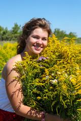 Девушка в поле с букетом