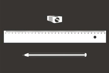 comp lápiz regla sacapuntas BN fondo oscuro