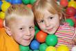 Kindergartenkinder spielen zusammen im Bällebad