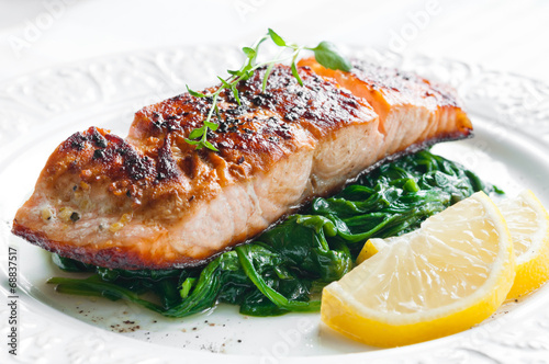 Foto op Plexiglas Vis Salmon with Spinach