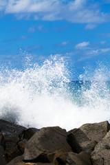 Onde sugli scogli a Punta Safò