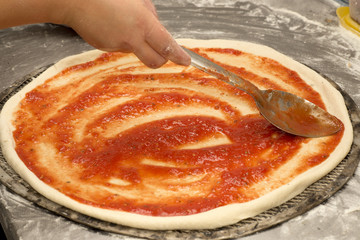 cooking pizza sauce application
