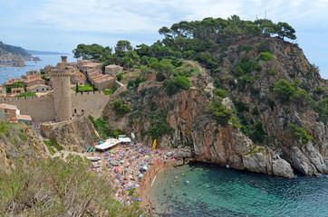 Playa de Es Codolar y vista del recinto medieval. Tossa de Mar