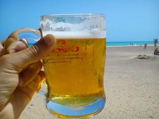 Cerveza fresca junto al mar