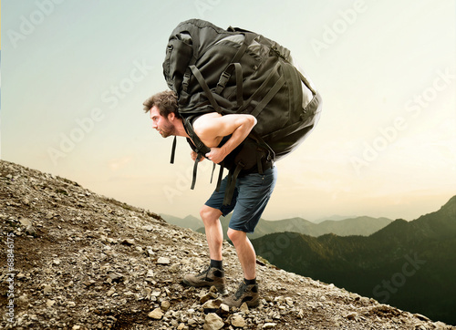 Tuinposter Alpinisme Heavy Backpack